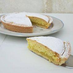 Oggi vi propongo una torta al limone veramente particolare, io l'ho letteralmente amata sin dal primo morso! E' una torta con base di pasta frolla, ripiena di crema al limone all'acqua (ideale, quindi, per gli intolleranti al lattosio) e coperta con un soffice strato di pan di spagna. Dose indicata per una torta dal diametro …