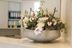 Decoratie schaal op de balie, decoratietakken met zijde bloemen makkelijk in onderhoud. www.decoratiestyling.nl