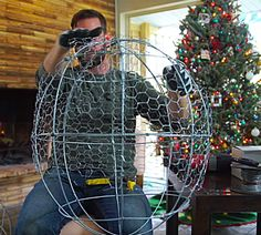 Homemade Christmas Decorations, Decorating With Christmas Lights, Diy Christmas Ornaments, Xmas Crafts, Christmas Balls, Christmas Projects, Exterior Christmas Lights, Christmas Porch, Christmas Art