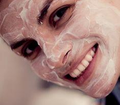 Apply antioxidant rich face cream at night - 7 Overnight Beauty Tricks For Waking Up Gorgeous Beauty Care, Diy Beauty, Beauty Hacks, Homemade Face Masks, Homemade Beauty Products, Tips Belleza, Beauty Recipe, Health And Beauty Tips, Beauty Secrets