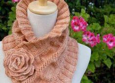 Красивый шарф-воротник с розой
