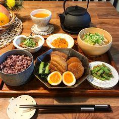 YUKIさんはInstagramを利用しています:「2018/01/23 こんばんは☺️ アングルがいつもバラバラ😱 今日の夫のご飯です🍚 . . 献立 🌟#豚の角煮 🌟インゲン胡麻和え 🌟人参の明太バター和え 🌟納豆 🌟炒め野菜のお味噌汁 🌟十六穀米 . . 久々に作った角煮。 3枚目、お箸でお肉切れますよ〜ってアピール💗…」 Cute Food, Good Food, Yummy Food, Japanese Dishes, Japanese Food, Vegetarian Recipes, Healthy Recipes, Eat This, Evening Meals