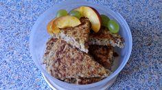 Placek owsiany z patelni ok. 1030 kcal, 134 g węglowodanów (w tym tylko 3 g cukrów i aż 16 g błonnika), 43 g białka i 35 g tłuszczów (z czego 15 g pochodzi z żółtek jaj). http://naturalniezdrowy.com.pl/placek-owsiany-z-patelni-przepis/