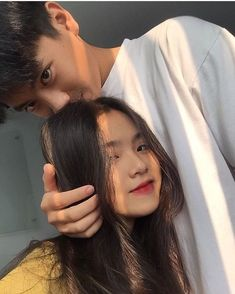 𝒫𝒾𝓃𝓉𝑒𝓇𝑒𝓈𝓉: 𝒽𝑜𝓃𝑒𝑒𝓎𝒿𝒾𝓃 how in the fuck are ppl actually this pretty like wtf why are you this blessed and I'm not? Cute Couple Poses, Cute Couples Goals, Couple Posing, Couple Goals, Ulzzang Korean Girl, Ulzzang Couple, Couple Aesthetic, Aesthetic Girl, Korean Best Friends