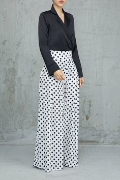 14 Palazzo Pants Outfit For Work - The Finest Feed <br> Palazzo Pants Outfit For Work. 14 Budget Palazzo Pant Outfits for Work You Should Try. Palazzo pants for fall casual and boho print. Fashion Pants, Hijab Fashion, Fashion Dresses, Baggy Pants, Wide Leg Pants, Classy Outfits, Chic Outfits, Girls Pants, Pants For Women