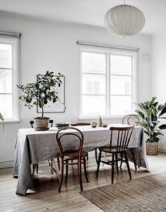 Matbord i vardagsrummet: långbord, udda stolar, linneduk - via cocolapinedesign.com