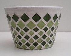 Vaso para violeta de mosaico tons verde Mais Mosaic Planters, Mosaic Birdbath, Mosaic Vase, Mosaic Flower Pots, Ceramic Flower Pots, Mosaic Diy, Mosaic Garden, Mosaic Crafts, Mosaic Projects