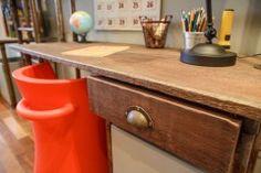 Boys Bedroom Escrivaninha de madeira reciclada com cadeira de design http://renatamccartney.com.br/site/quarto-industrial/