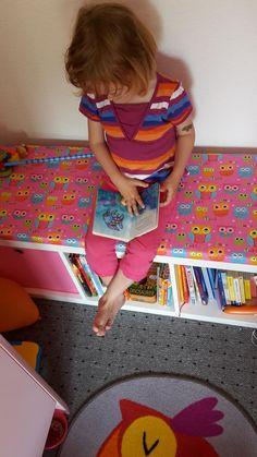 Ich wollte M.J. eine Lese / Sitzbank bauen. Sie sollte einen Ort haben, wo sie lesen kann. Es lernen und entspannen kann. Also kam ich auf die Idee eine Bank zu bauen. Sie sollte bunt und weich sein. Aber auch stabil. Da ich viel von Ikea gekauft habe, habe ich aus einem Kallax Regal die Lesebank gebaut. Ich zeige Euch wie. Und es gibt ein bisschen zu beachten.  So sieht das gute Stück aus : ...