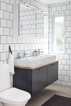 Badrumsmöbel i slät grå från serien Bright, kombination. Handtag i krom med mörkt läder och ovanpå liggande tvättställ. | Ballingslöv Downstairs Bathroom, Bathroom Inspo, Bathroom Interior Design, Bath Remodel, Home Renovation, Scandinavian Design, Double Vanity, Bright, Toilet