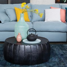 Trendhopper ● een zwarte salontafel van staal in combinatie met accessoires in zachte pasteltinten houden de sfeer in evenwicht.