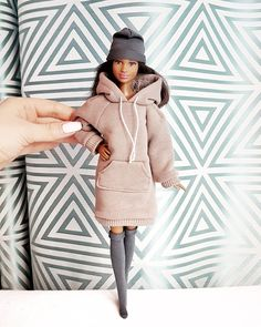 Фотография Barbie Fashionista, Barbie Doll House, Barbie Dream, Fashion Royalty Dolls, Fashion Dolls, Fabric Doll Pattern, Barbie Mode, Barbies Pics, Cute Christmas Outfits