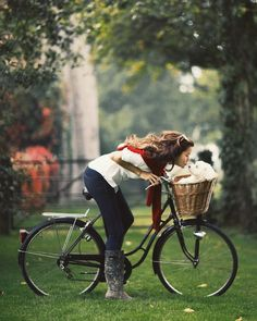 Femmes in Rubber Boots Rosie Londoner, Spring Summer Fashion, Autumn Fashion, Preppy Style, My Style, Cycle Chic, Bicycle Girl, Bike Style, Puppy Love