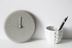 Ich diesem Artikel zeige ich euch, wie ihr eine DIY Uhr aus Beton einfach selber machen könnt! Es ist gar nicht so schwierig, wie ihr vielleicht glaubt.