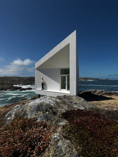 artist' studios that Norwegian firm Saunders Architecture designed for an island off the coast of Canada, this time a white angular cabin (photographs by Bent René Synnevåg).