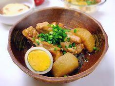 【nanapi】 はじめに骨つき肉から出る旨みが、大根と玉子にじっくりと染みた煮物です。ほろほろと骨からはずれる鶏肉、ジューシーでやわらかい大根、ホクホク感がたまらない煮玉子。それぞれ食感が違って、とても美味しいです。材料(3~4人分)鶏手羽元肉...200~250g大根...1/2本...
