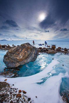 Alpinistas tentam conquistar os picos da região remota de Queen Maud Land, na Antártica, e enfrentam o gelo glacial de milhares de anos.  Fotografia: Cory Richards/Nacional Geografic Criative.