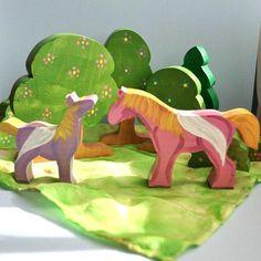 Le printemps est juste dans le virage à lanneau de fée et répondent à toutes les créatures magiques dans la forêt enchantée. Ici pour se joindre à la célébration et le plaisir est une famille ludique de Pegasus. Ainsi, si vous les achetez à ajouter à un ensemble de jeu de fées, de petites poupées, vous avez déjà, ou pour jouer avec eux-mêmes, vos enfants seront ravis. Ceux-ci sont également intéressants à ajouter à un affichage tableau naturel.    Pegasus :  3 de hauteur x 3 de long  3 1/8…