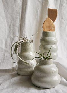 Pottery Wheel Diy, Pottery Vase, Pottery Ideas, Black Vase, White Vases, Clay Center, Wheel Throwing, Vase Crafts, Wedding Vases