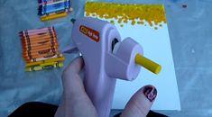 Lijmpistolen waren vroeger erg prijzig maar tegenwoordig koop je ze voor een habbekrats bij de Action en het leuke is: Je kan veel meer met een lijmpistool dan enkel lijmen. Wanneer je echt artistiek bezig wilt gaan moet je ook wat waskrijtjes kopen en een stuk canvas! Bekijk op de video hieronder hoe je te …