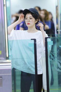 """irene in caps that will make you gay : a thread 😜"" Seulgi, Kpop Fashion, Korean Fashion, Ulzzang, Rapper, Girl Attitude, Red Velvet Irene, Jennie Blackpink, Red Aesthetic"