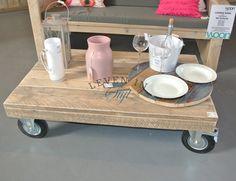 <p>De salontafel op wielen past in vele interieurs thuis, van landelijk tot modern en van vintage tot retro, het past er perfect bij. Onder het blad zitten grote wielen gemonteerd van 200mm, 2 bokwielen en 2 zwenkwielen met rem, de salontafel op wielen kan in elke maat worden gemaakt.</p><p>De salontafel is gemaakt van oud steigerhout en is netjes glad geschuurd en afgewerkt, het blad is standaard onbehandeld maar kan indien gewenst behandeld worden tegen vlekken en kringen.</p>