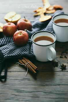 Jim Beam Apple and Cider Drink Recipe Momento Cafe, Spiced Apple Cider, Pause Café, Autumn Cozy, Autumn Tea, Fall Drinks, Autumn Aesthetic, Jim Beam, Pumpkin Spice