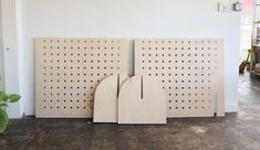 DIY Portable Pegboard Display Shelves - Daughter Handwovens Make these simple pegboard walls that travel easily to craft shows! Craft Stall Display, Market Stall Display, Pegboard Display, Craft Booth Displays, Market Displays, Display Shelves, Display Ideas, Shelving, Gift Shop Displays