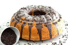 ΥΛΙΚΑ 220 γρ. (1 κούπα) + λίγο ακόμα, για την επάλειψη της φόρμας, βούτυρο, σε θερμοκρασία δωματίου 480 γρ. (2 κούπες) ζάχαρη 4 μεγάλα αυγά, σε θερμοκρασία δωματίου 2 βανίλιες σκόνη 380 γρ. (3 κούπες) αλεύρι μαλακό 1 φακελάκι (20 γρ.) μπέικιν πάουντερ 240 ml (1 κούπα) γάλα, σε θερμοκρασία δωματίου 65 γρ. + λίγη παραπάνω για τη διακόσμηση, τρούφα σοκολάτας τριμμένη φρυγανιά για την φόρμα Για το γλάσο: 90 ml (1/3 κούπας + 2 κ. γ.) γάλα 45 γρ. (3 κ. σ.) βούτυρο 155 γρ. ζάχαρη 50 γρ. κακάο… Chocolate Truffles, Chocolate Cake, Bunt Cakes, Greek Recipes, Bagel, Doughnut, Cake Recipes, Food And Drink, Easter