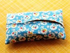 Kim from Retro Mama continues her Sewing 101 series at Craft Snob with a tutorial showing how to make this tissue holder to carry with you in your purse. The overlapping curved openings look so co… Small Sewing Projects, Sewing Hacks, Sewing Tutorials, Sewing Crafts, Sewing Accessories, Love Sewing, Sewing For Beginners, Tissue Holders, Sewing Techniques