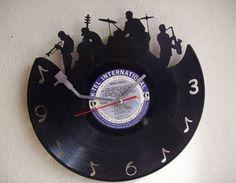 """Los melómanos y amantes de lo vintage se darán un gusto con un diseño de reloj como éste, basado en un disco de vinilo en el que las agujas horarias asemejan el brazo del viejo plato reproductor o """"picó"""", como se le conocía."""