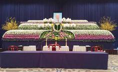 故人を偲ぶ会生花祭壇です。 純粋な故人の方を白の菊でイメージしております Casket Sprays, Funeral, Flower Arrangements, Table Decorations, Furniture, Home Decor, Flowers, Floral Arrangements, Decoration Home
