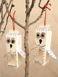 Tinker Bird Feeders from a funny shaped milk carton- Vogel Futterhaus aus lustig gestaltetem Milchkarton basteln Tinker Bird Feeders from a funny shaped milk carton - Make A Bird Feeder, Bird Feeder Craft, Birdhouse Craft, Homemade Bird Feeders, Crafts For Boys, Diy For Kids, Fun Crafts, Milk Carton Crafts, Owl Bird