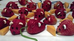 Strawberry Mice with cheddar cheese for a finger food Party. Strawberry Mouse, Strawberry Fields, Disney Princess Party, Disney Theme, Funny Food, Food Humor, Storybook Crafts, Kitty Litter Cake, Teacher's Pet