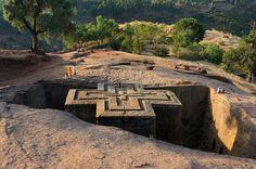 """Las iglesias excavadas de Lalibela (Etiopia) Dice el gran Kapuściński que """"Lalibela es la octava maravilla del mundo, y si no lo es, debería serlo"""". No puedo estar más de acuerdo con esta afirmación. Hoy, Lalibela es la joya del incipiente turismo etíope, una ciudad dibujada entre valles de belleza hipnótica y casitas de planta circular y techo de paja. Once iglesias excavadas en la roca componen el singular patrimonio de uno de los lugares"""