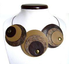 Collana girocollo in  pelle marrone scuro, ecrù e bronzo - collier en cuir brun foncé, bronze et écru