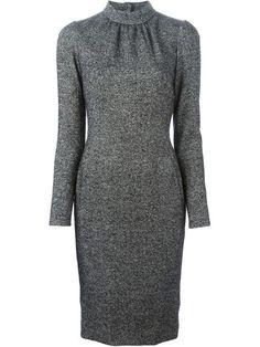 приталенное платье с высокой горловиной