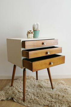 Klein retro kastje met 3 lades. Hippe houten kast / vintage nachtkastje