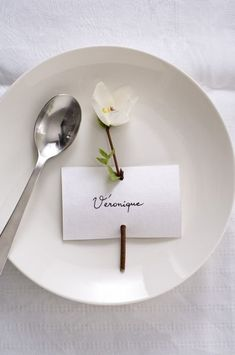 Marque Place Végétal 'Papier' The simplest place card Wedding Places, Wedding Place Cards, Wedding Table, Diy Wedding, Diy Place Cards, Wedding Card, Wedding Flowers, Place Settings, Table Settings