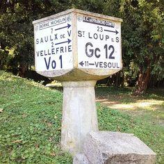 A la croisée des chemins... #hautesaone #HScom #hautesaône #igershautesaone #Franchecomté #Franchecomte #bornemichelin #vintage #visitlafrance #vivreenfrance #ruralfrance #jaimelafrance #hellofrance #francephoto #hello_france