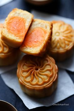 Chinese Mooncake (Yue Bing)—Traditional Version mooncakes three days after baking Asian Desserts, Sweet Desserts, Sweet Recipes, Chinese Desserts, Dessert Dishes, Dessert Recipes, Chinese Moon Cake, Mooncake Recipe, Cake Festival