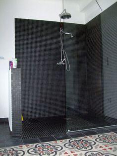 Petits carreaux noirs dans cette douche italienne  http://www.homelisty.com/douche-italienne-33-photos-de-douches-ouvertes/