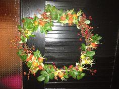 Efterårs dørkrans m. hyben og røde bær.