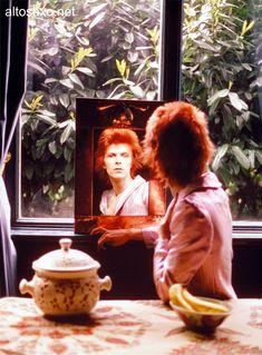 David Bowie Bowie Ziggy Stardust, David Bowie Ziggy, Underwater Photos, Underwater Photography, Vintage Photographs, Vintage Photos, Vintage Ads, Images Of David Bowie, Mick Ronson