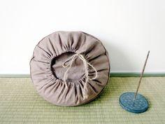Wunderschöner Bezug für ein Meditationskissen / Yoga Kissen aus einem tollen Leinenstoff in der Farbe Malve. bzw. auch Taupe. Ich habe es mit den Mondzyklen Neumond, zunehmender Mond, Vollmond,...