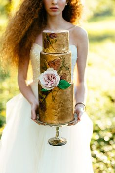 I love this gold cake...it's natural yet so elegant! From http://greylikesweddings.com/inspiration-shoots-and-boards/enchanted-forest/ Photo Credit: http://joelbedfordweddings.ca/