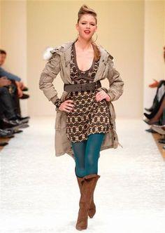 Look Guess Jeans collection  - Automne-hiver 2007/2008, les tendances mode, mode femme - Ce look signé Guess Jeans résume bien la palette de couleurs de la saison. Des tons chauds aux nuances automnales, des accords de beige-marrons, ambrés... Une touche de bleu...