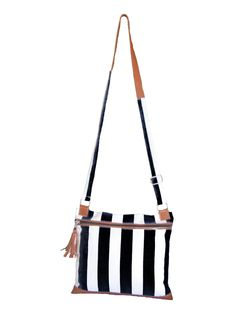 a6b6d512f Morral de tela estampada negra y blanca combinado con cuero ecológico color  suela
