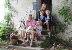 Paula Ingelse en Willem le Nobel wonen met hun 3 kinderen aan de rand van een boerendorp in de Limousin, waar ze het vakantiedomein Le Mas d'en Haut beheren.
