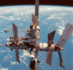 19 years ago today on June the Shuttle-Mir program ended when space shuttle Discovery landed bringing home space station Mir crew member and NASA astronaut Andy Thomas. Earth And Space, Cosmos, Space Photos, Space Images, Station Mir, Russian Space Station, Space Debris, Space Race, International Space Station
